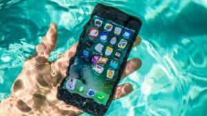Достать смартфон из воды